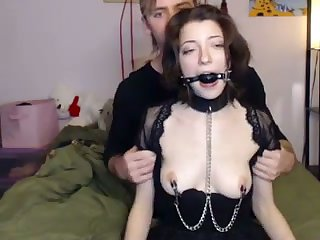 This submissive webcam pain floosie loves to show the brush kinky side to us