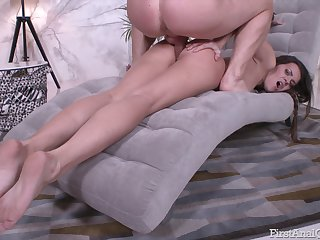 Skinny Russian model Tori Hendrix spreads her legs for anal