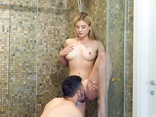 Seductive babe Serena Avery gets her pussy licked in the shower