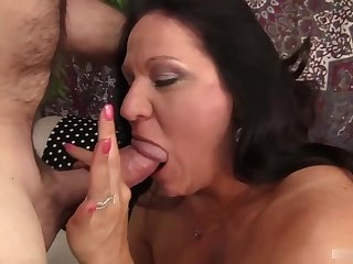 Mature brunette seems to be very experienced in a little while it comes to sucking cock until it explodes