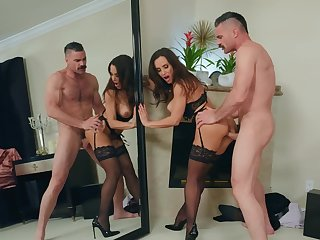 Flavourful Lisa Ann discharged the tote up of her seuxality during sizzling sex